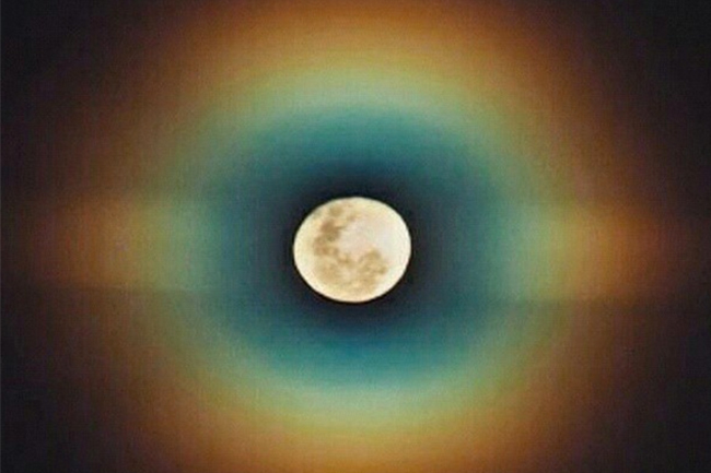 CAPE TOWN TREATED TO RARE 'RAINBOW MOON' LAST NIGHT