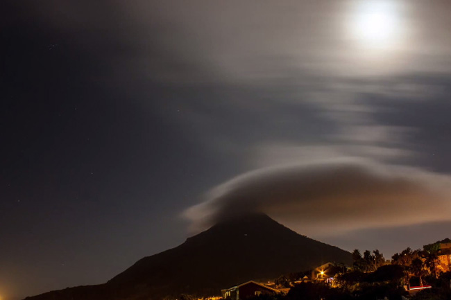 INCREDIBLE TIME LAPSE VIDEO OF MIST ROLLING OVER LION'S HEAD