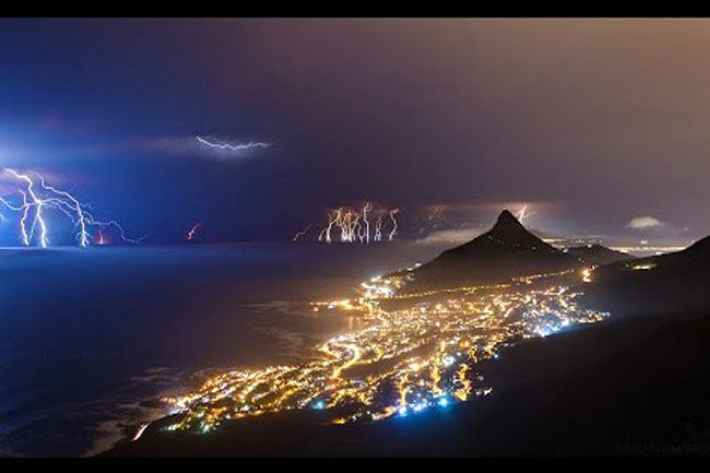 CAPE TOWN ELECTRIC STORM (VIDEO)
