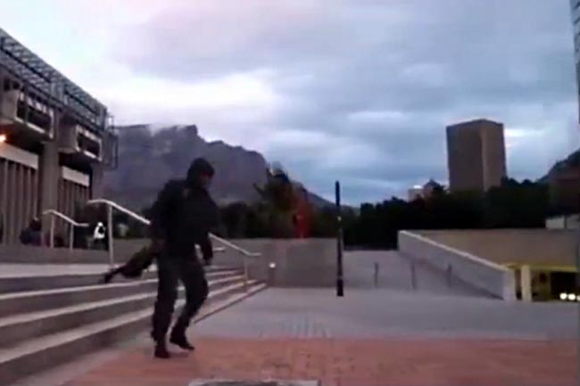 CAPE TOWN WIND BLOWS PEOPLE AROUND (VIDEO)