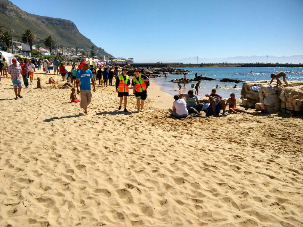 Thousands flock to Cape Town beaches