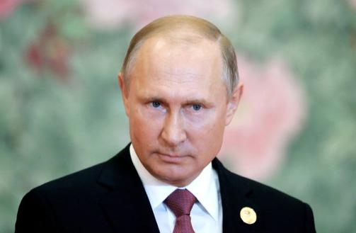 Vladimir Putin makes his way to SA