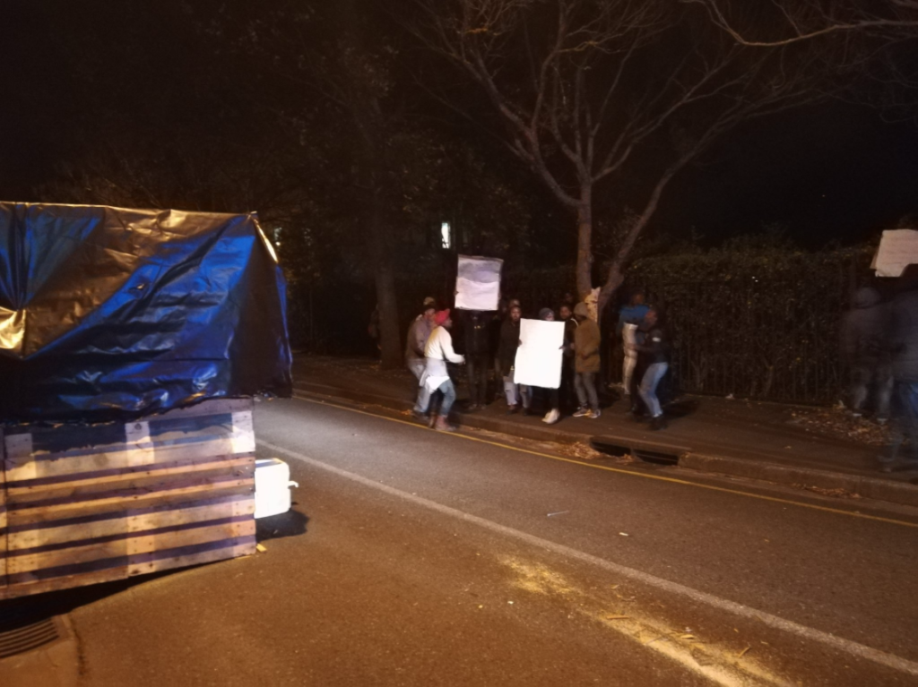 Protestors build shack for Helen Zille