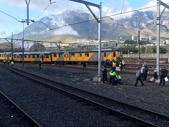 Train derails at Cape Town station