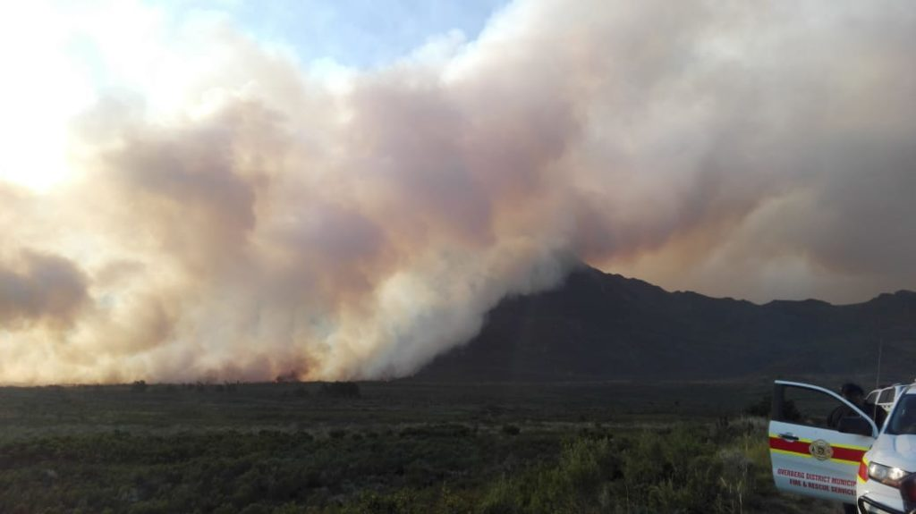 Fire rages near Theewaterskloof Dam